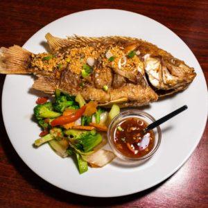 Fokhagymás egész sült hal